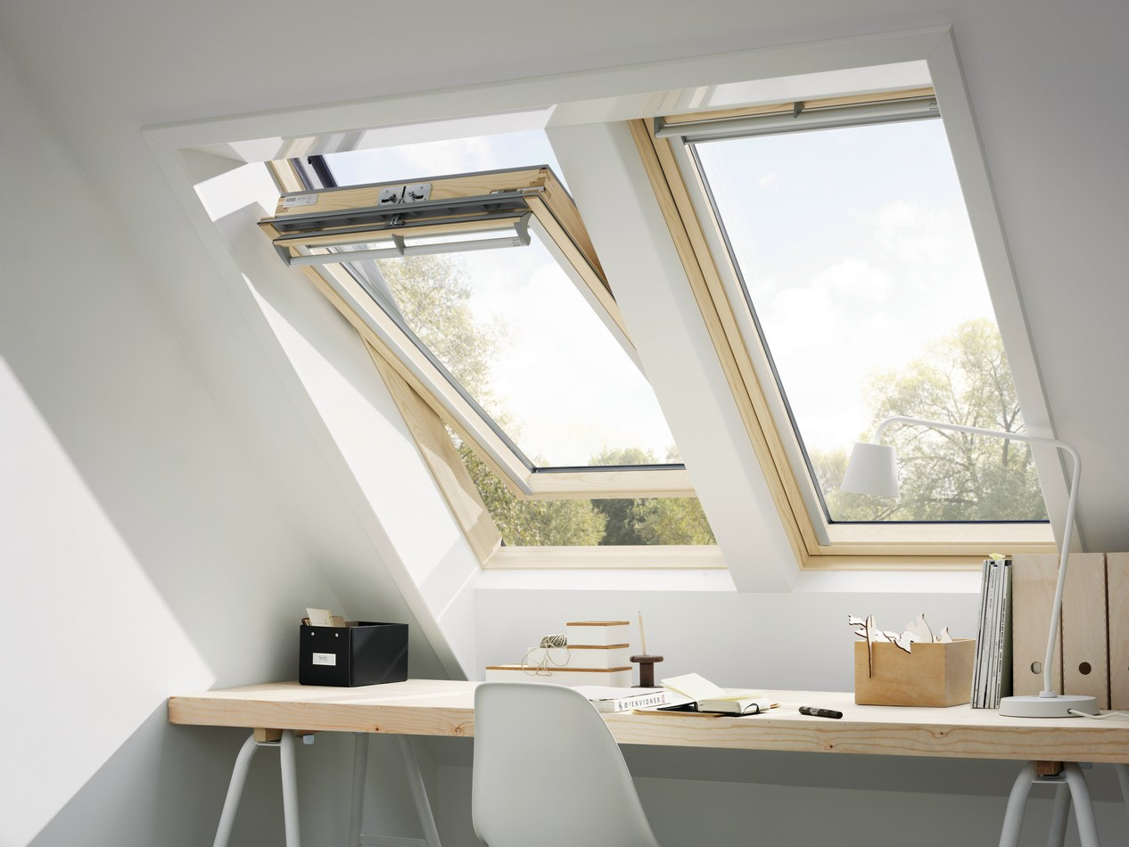 Centre pivot manually operated pine roof window ggl velux for Velux glass
