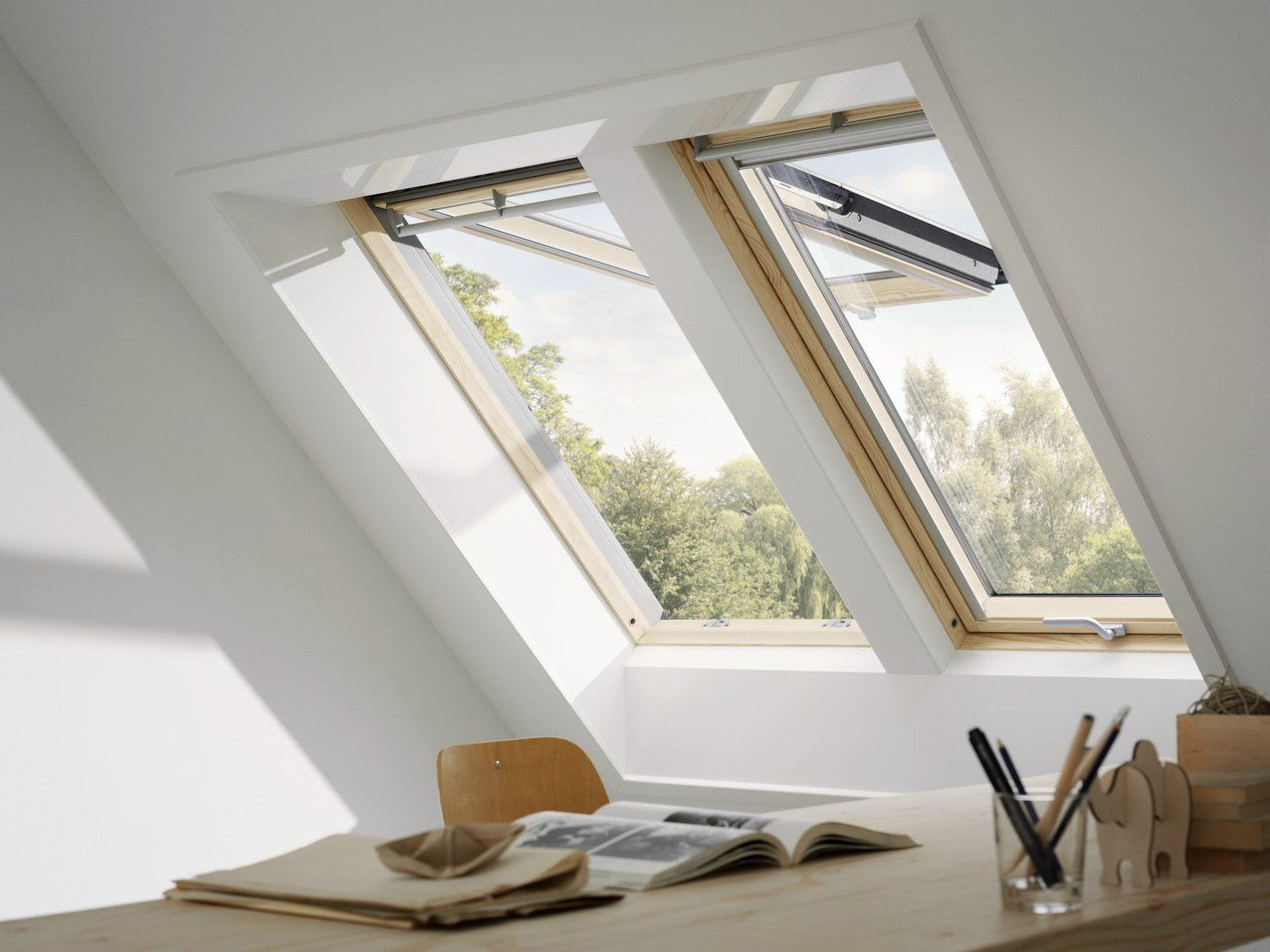 Manually operated wooden roof window gpl velux by velux for Vasistas fenetre