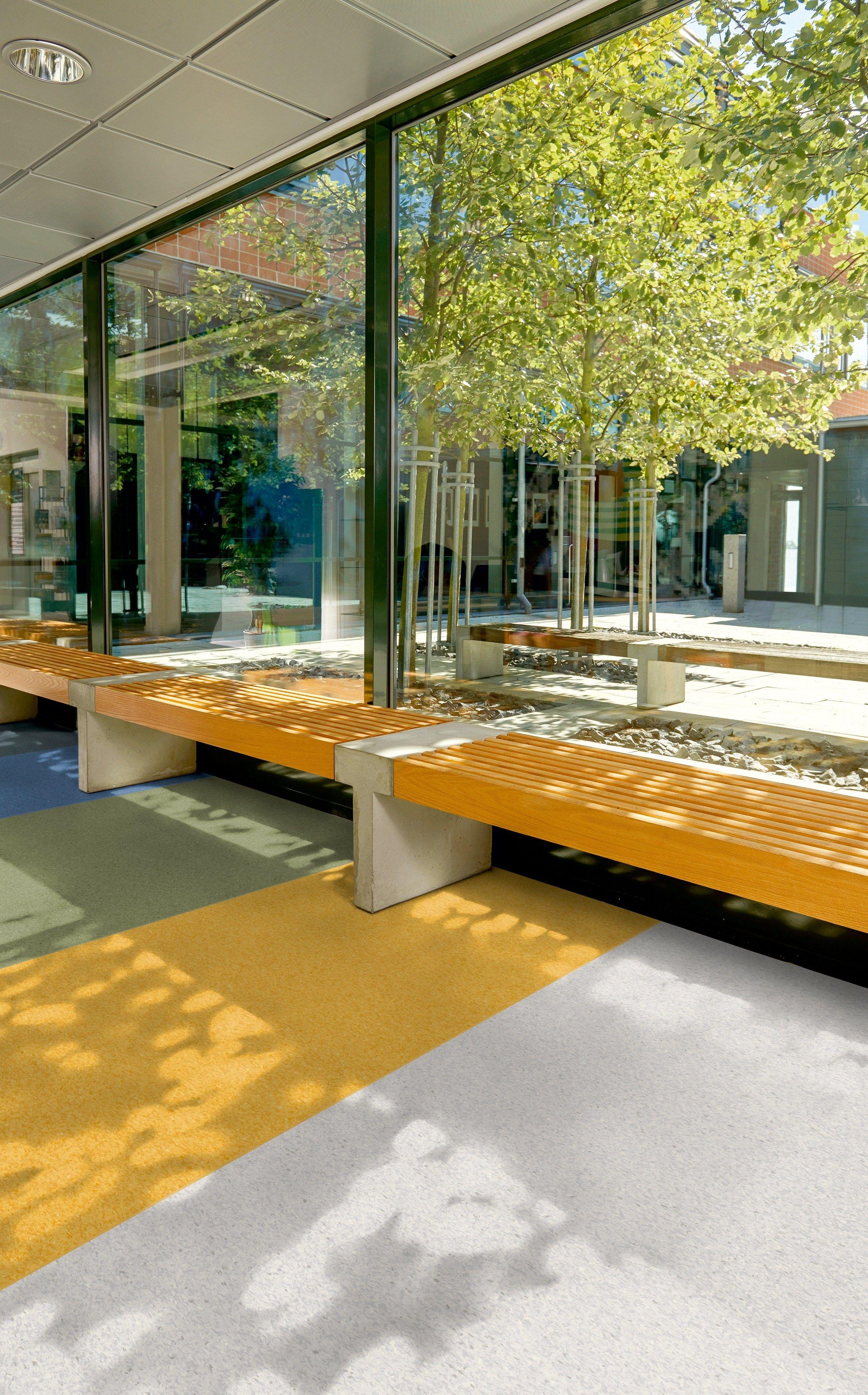 Pavimento resiliente in vinile iq granit by tarkett for Pavimento vinile