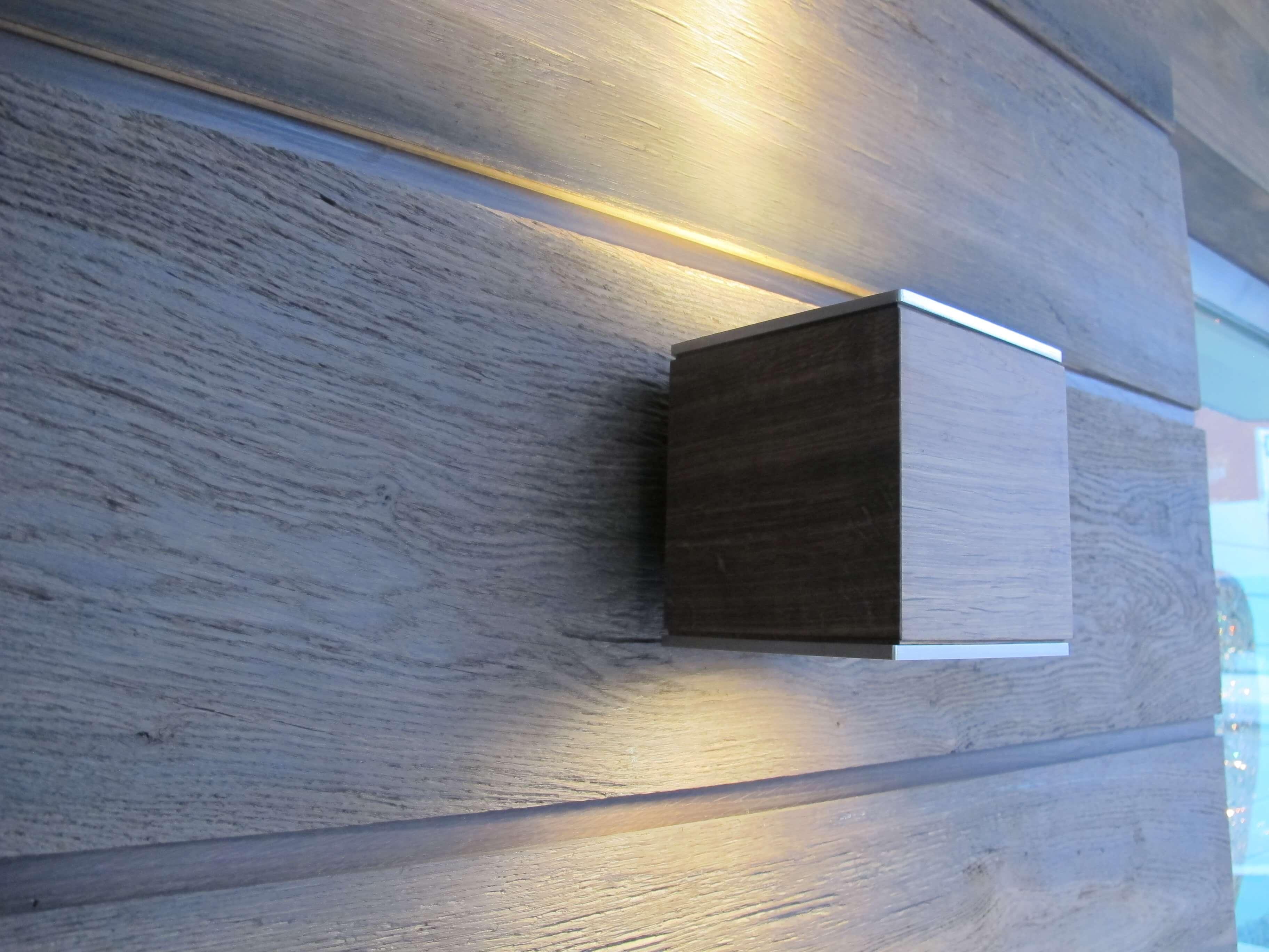 Faretto a led da parete in alluminio e legno klas legno for Faretti da parete