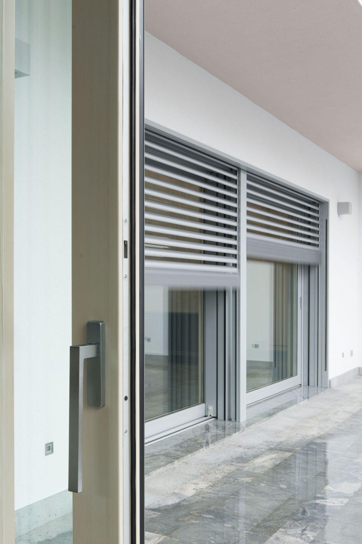 Porta finestra scorrevole complanare in alluminio e legno con triplo vetro passive 120 porta - Tende per porte esterne ...