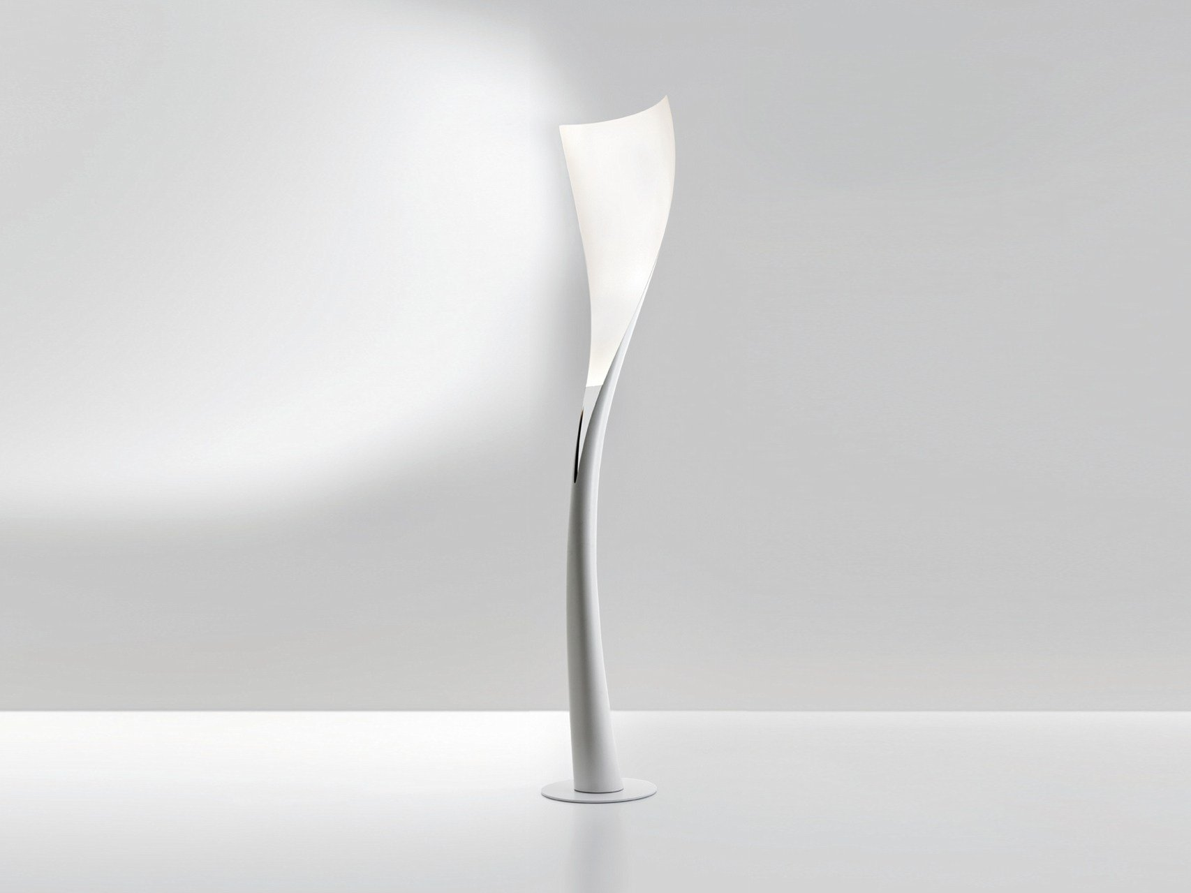 Lampada da terra a led in fibra di vetro solium by artemide design karim rashid - Lampada led design ...