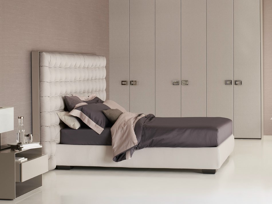 Sanya letto con testiera alta by flou design carlo colombo - Spalliera letto imbottita ...