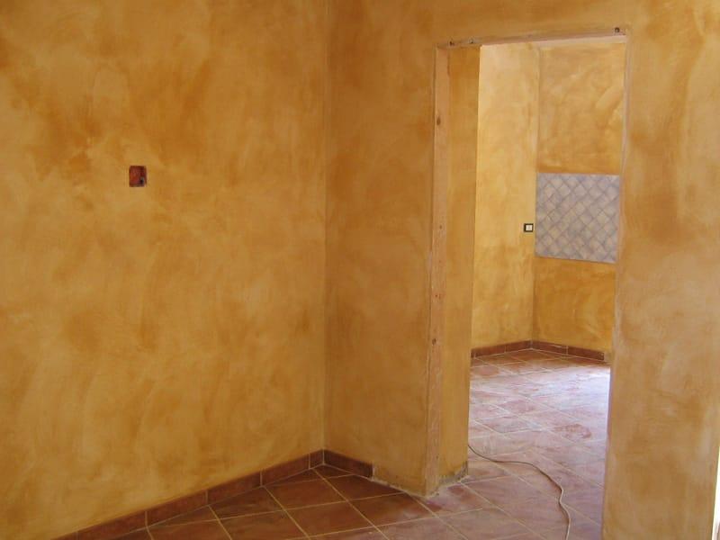 Base per scialbatura e velatura velatura a calce by for Effetto spugnato pareti foto