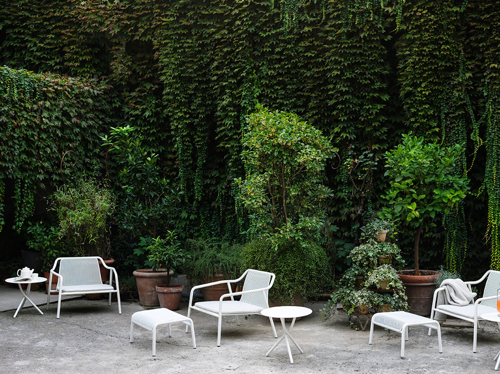 Poltrona da giardino in metallo con poggiapiedi jacket for Outdoor giardino