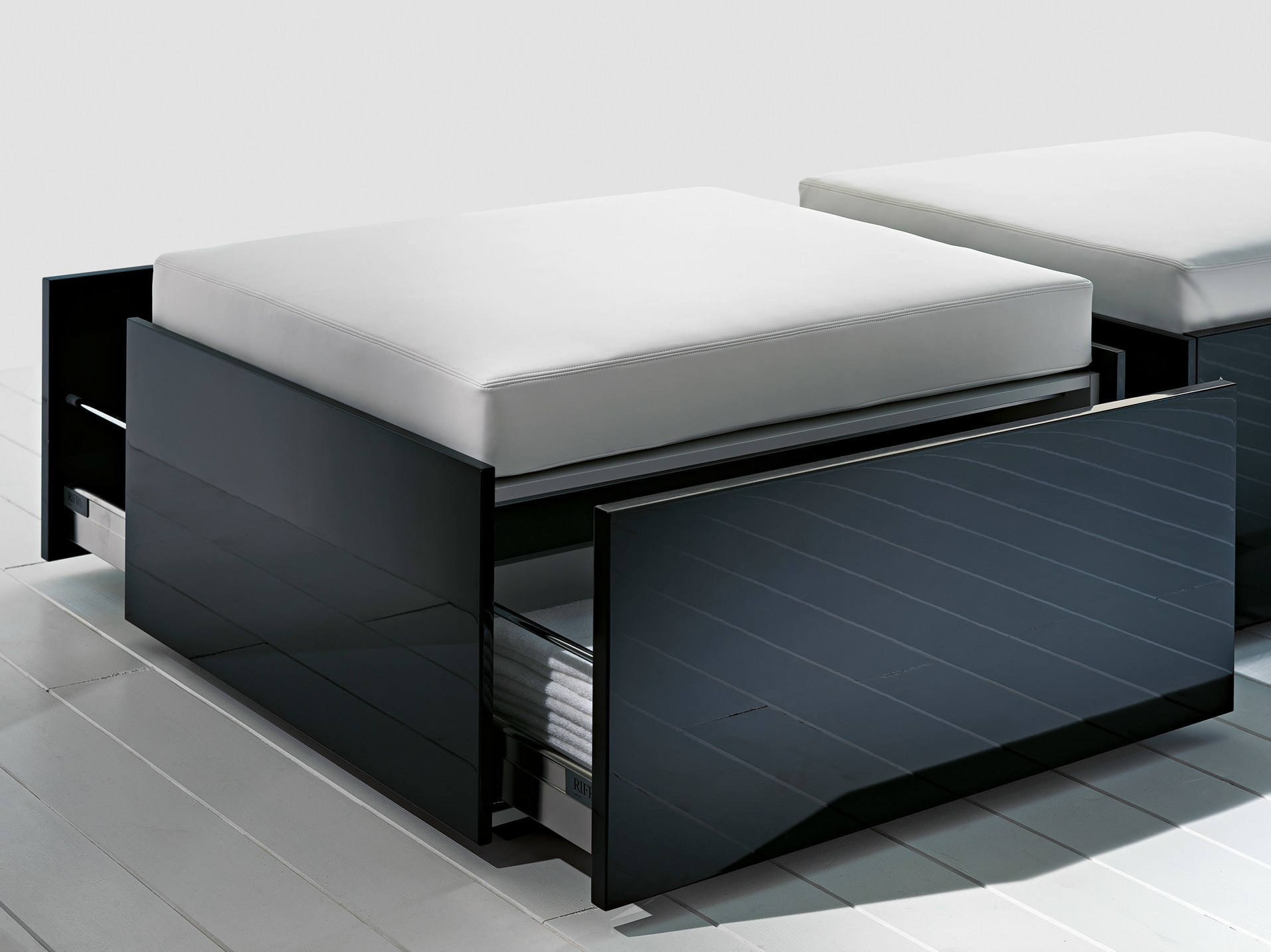 pouf contenitore collezione less by rifra design. Black Bedroom Furniture Sets. Home Design Ideas