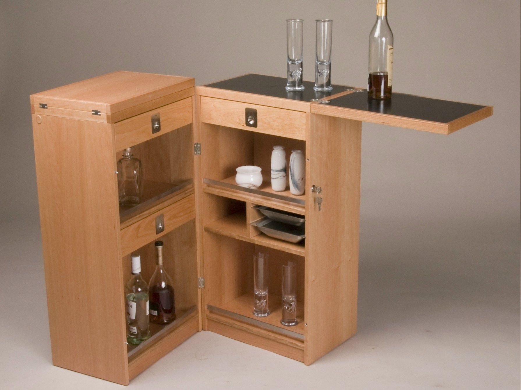 barschrank aus holz captain 39 s bar by dyrlund. Black Bedroom Furniture Sets. Home Design Ideas