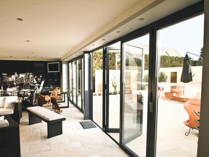 porte fen tre pliante en aluminium rupture thermique bsf70 by aluk group. Black Bedroom Furniture Sets. Home Design Ideas