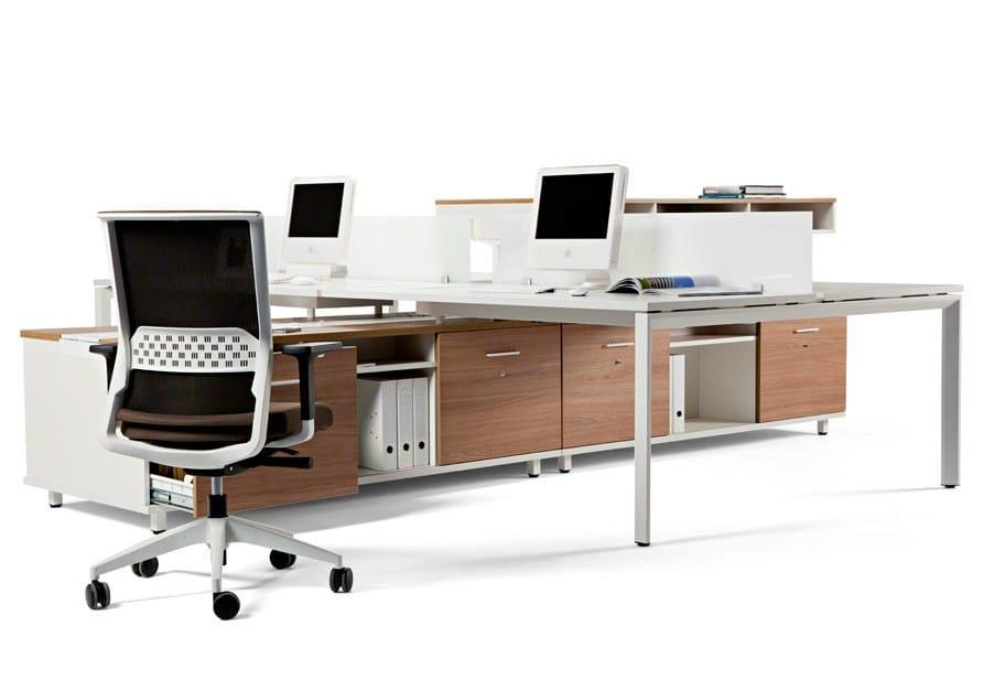 Escritorio de oficina modular con estantes spine by actiu for Mobiliario y equipo