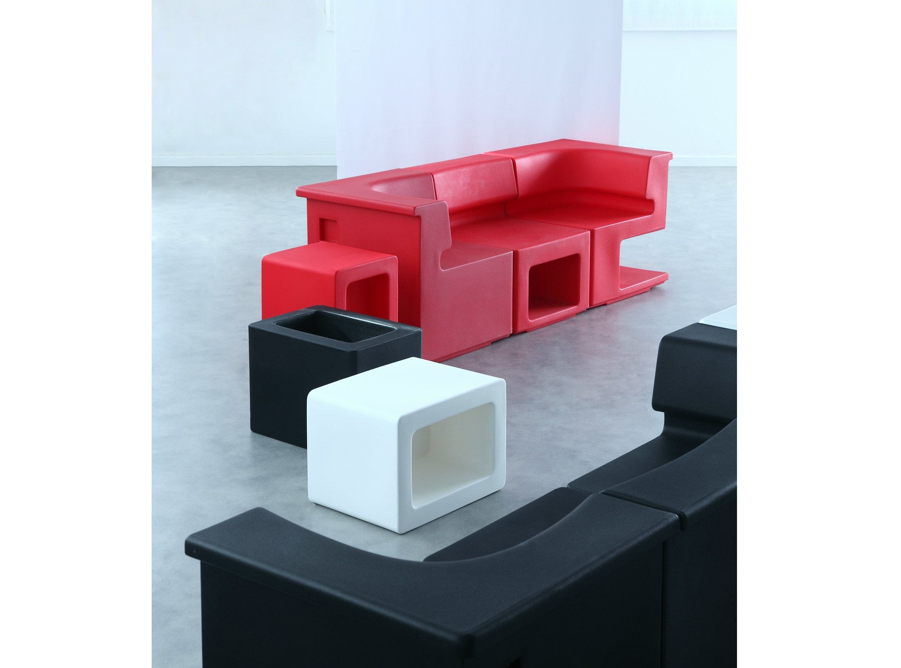 sitzpuff couchtisch aus polyethylen vas by area declic. Black Bedroom Furniture Sets. Home Design Ideas