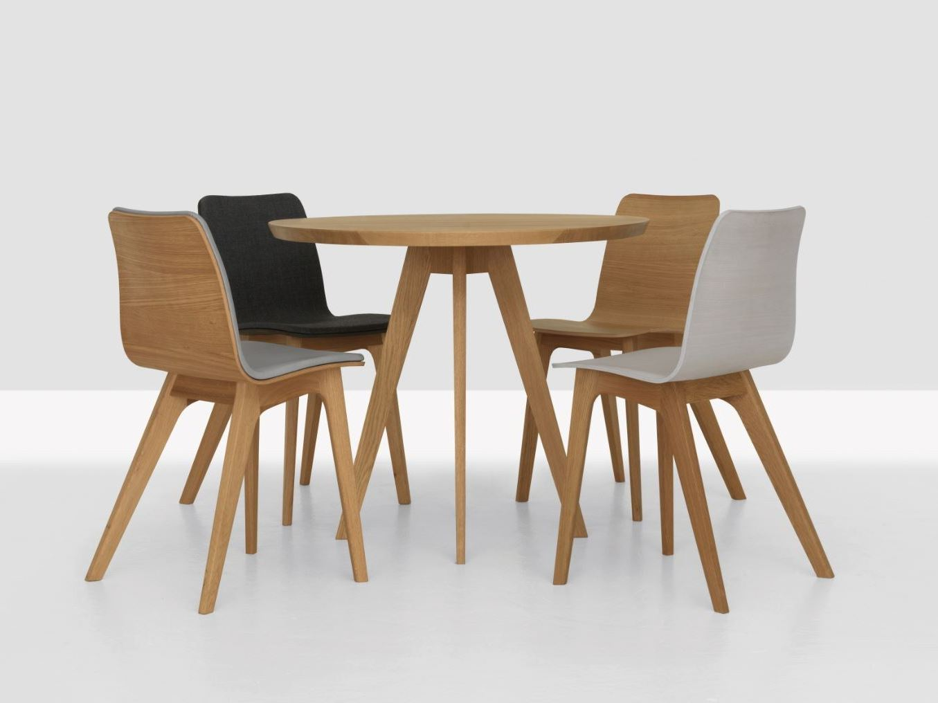 Cena round table by zeitraum design peter gaebelein for Table mosaic xl 6 chaises encastrables