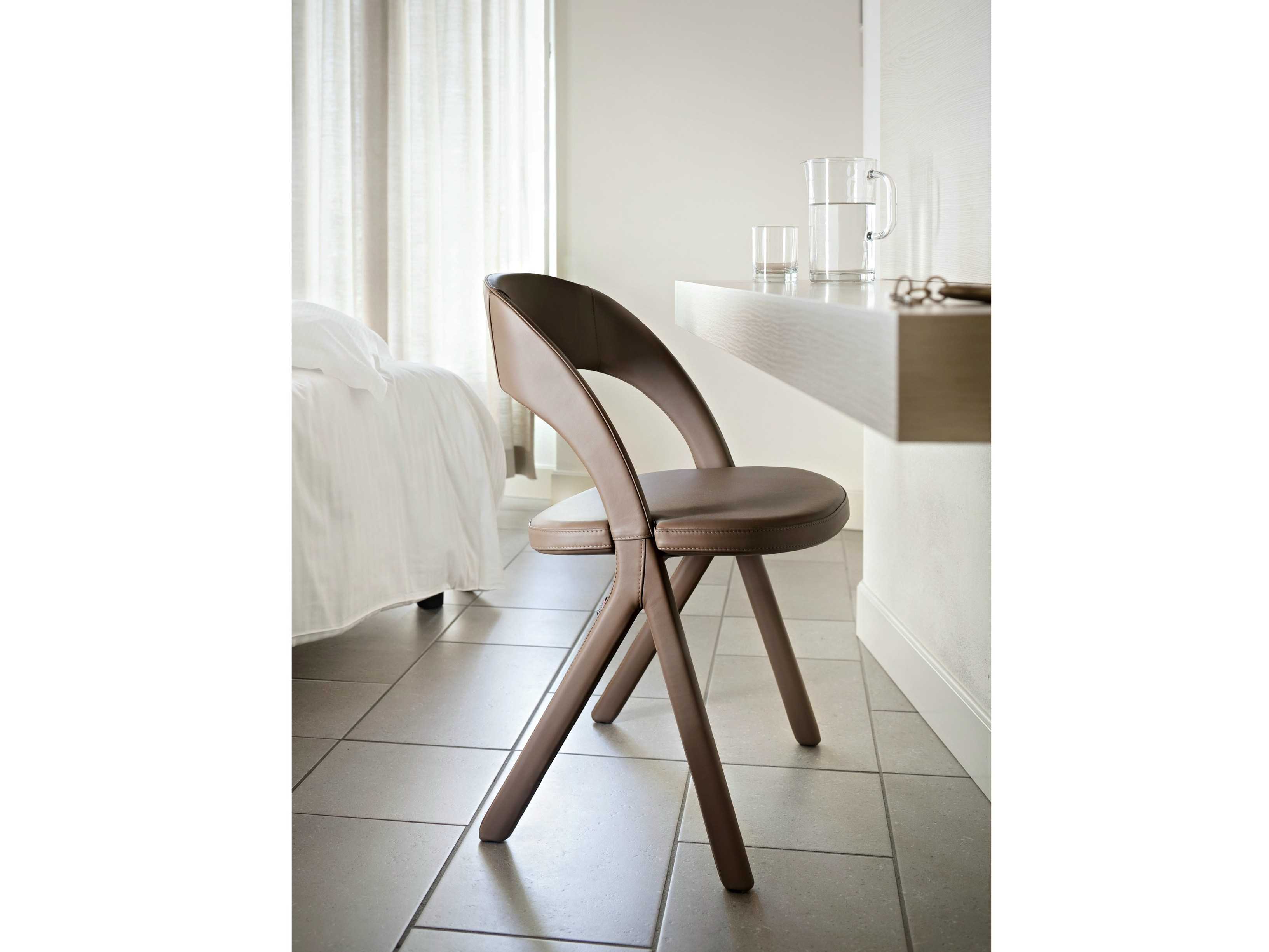gesto chaise en cuir by alma design design mario mazzer. Black Bedroom Furniture Sets. Home Design Ideas