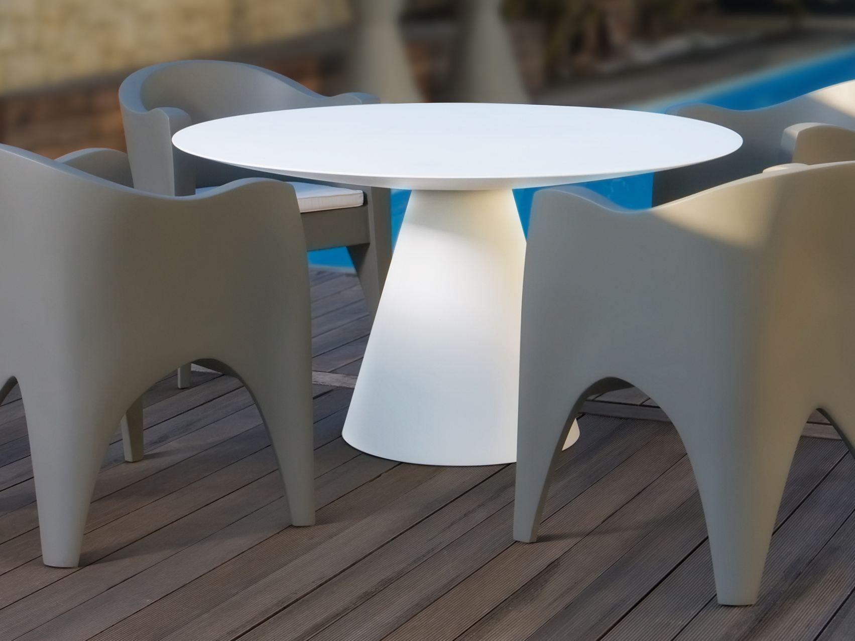 Tavolo da giardino rotondo in fibra di vetro gestos by karpa for Tavolo di vetro rotondo