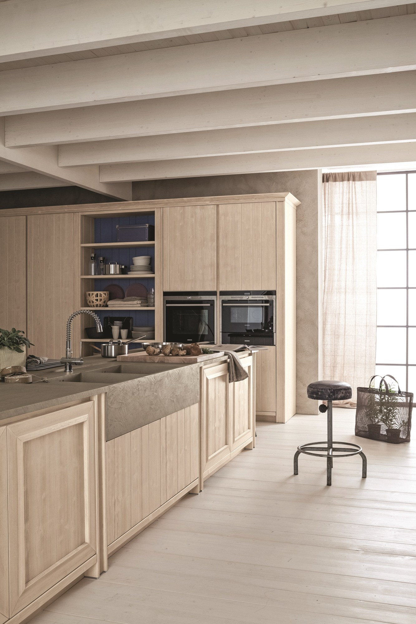 Cucina con isola in abete bianco perla maestrale 01 by for Scandola mobili