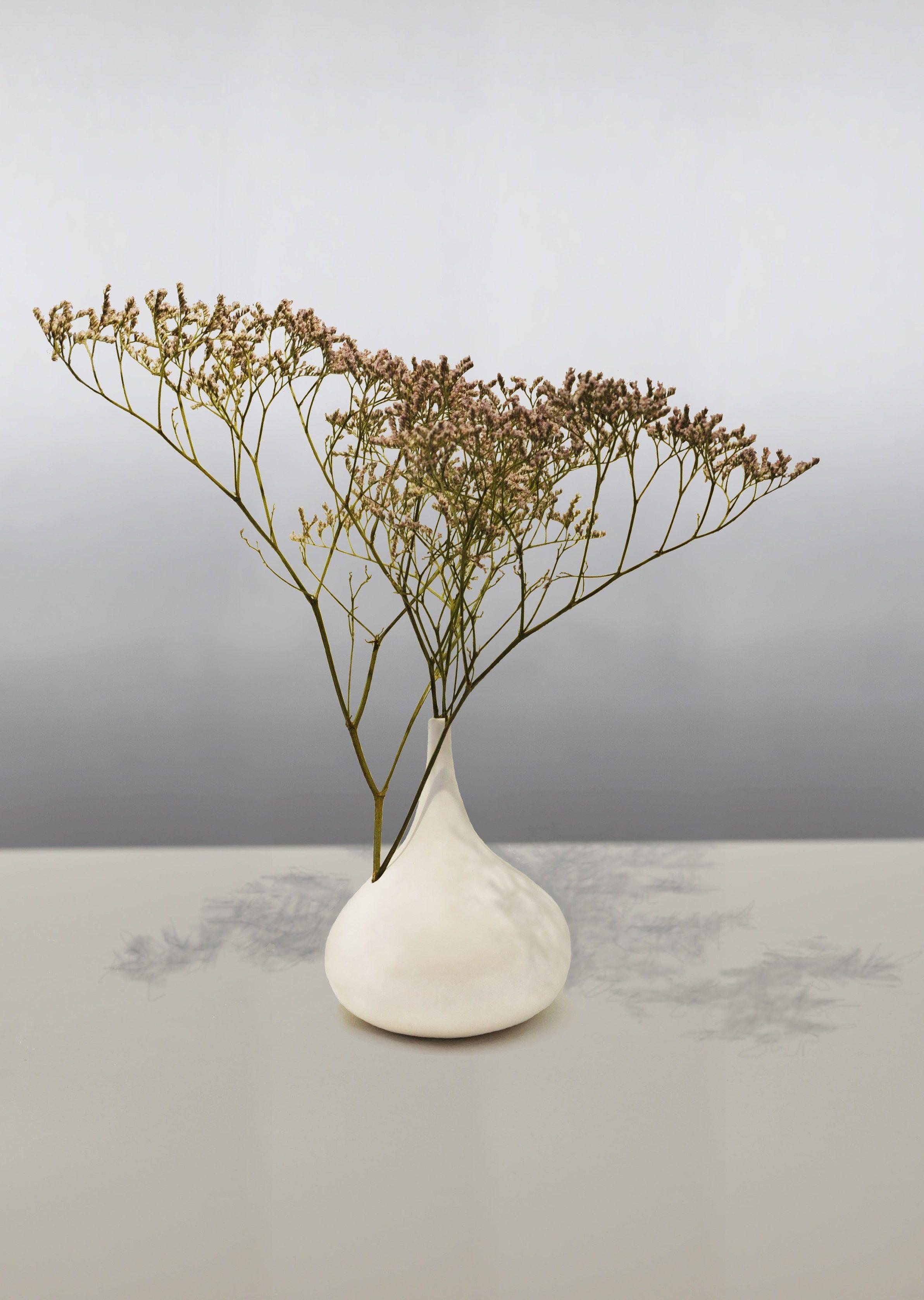 vase en porcelaine de style contemporain chantilly by beau. Black Bedroom Furniture Sets. Home Design Ideas