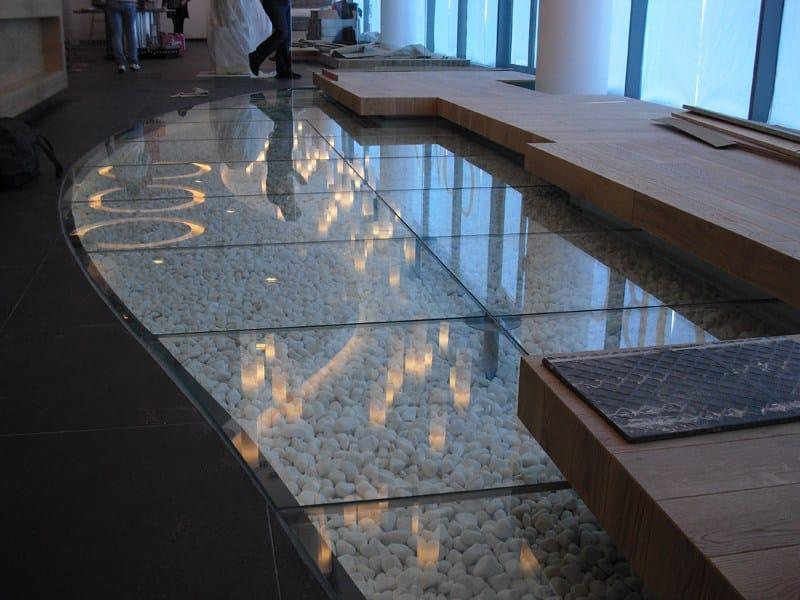 Bodenbelag aus Glas in einer Stockholmer Dachwohnung