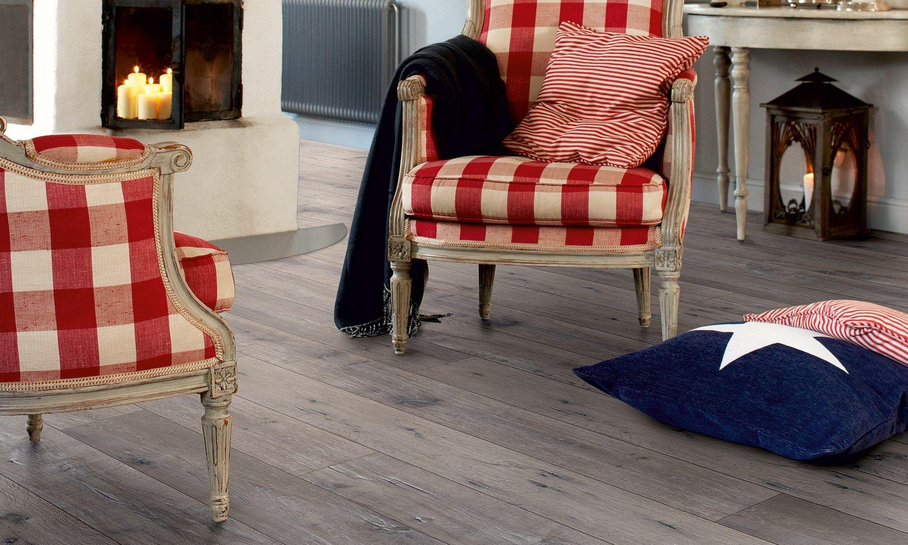 Bodenbelag aus laminat mit holz effekt eiche grau reclaimed by pergo