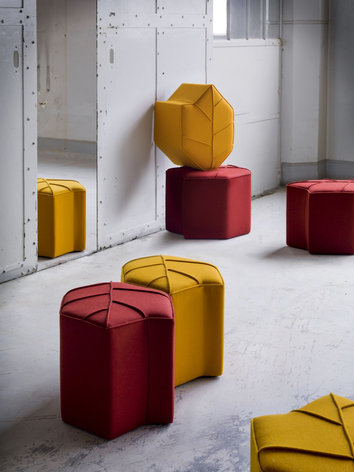 Pouf imbottito in lana leaf seat by design by nico design for Prodotti design