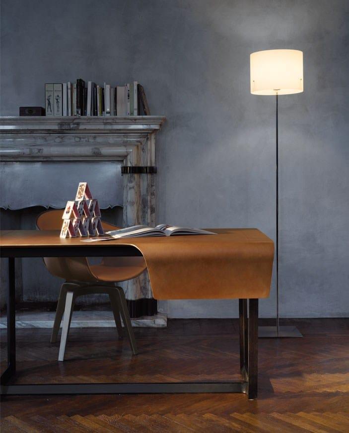 Scrivania in cuoio fred by poltrona frau design roberto for Poltrona scrivania design