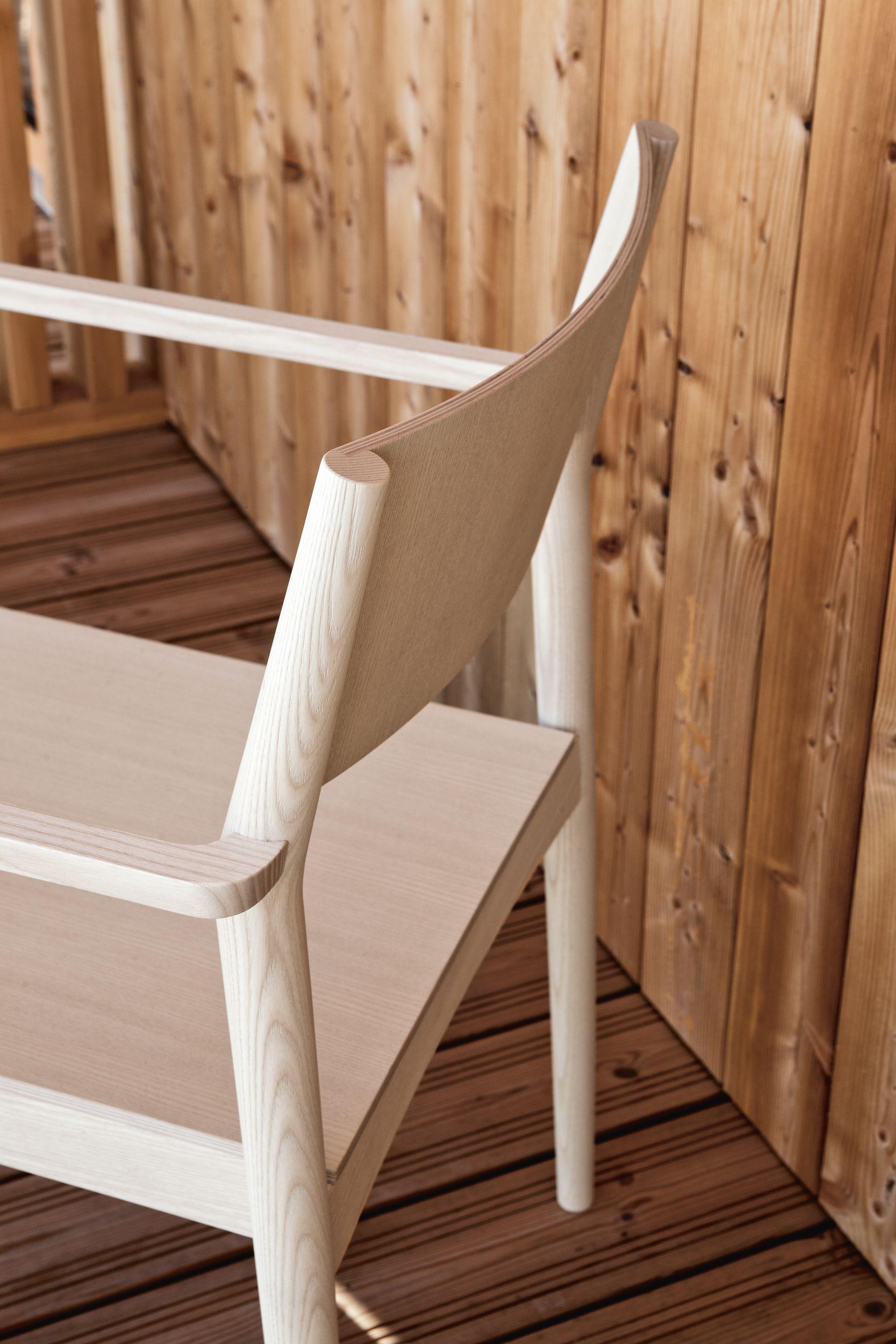 Sedia in legno con braccioli elsa t by piaval design david for Sedia scandinava