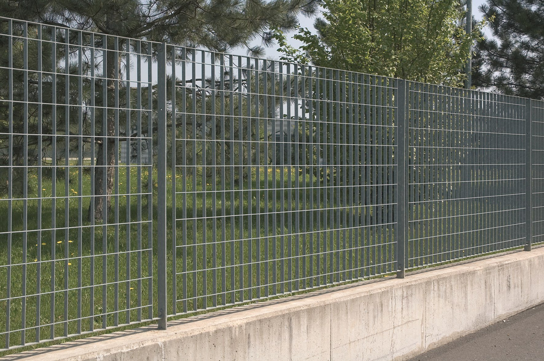 Grating fence britosterope by nuova defim for Recinzioni per ville moderne