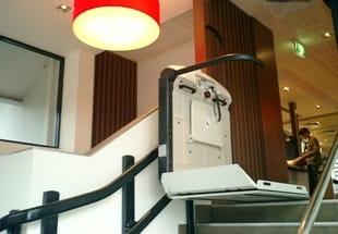 plattformlift f r kurventreppen v65 by vimec. Black Bedroom Furniture Sets. Home Design Ideas