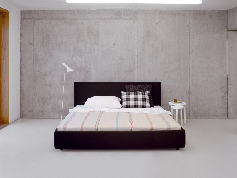 gepolstertes bett mit hohem kopfteil pardis by e15 design philipp. Black Bedroom Furniture Sets. Home Design Ideas