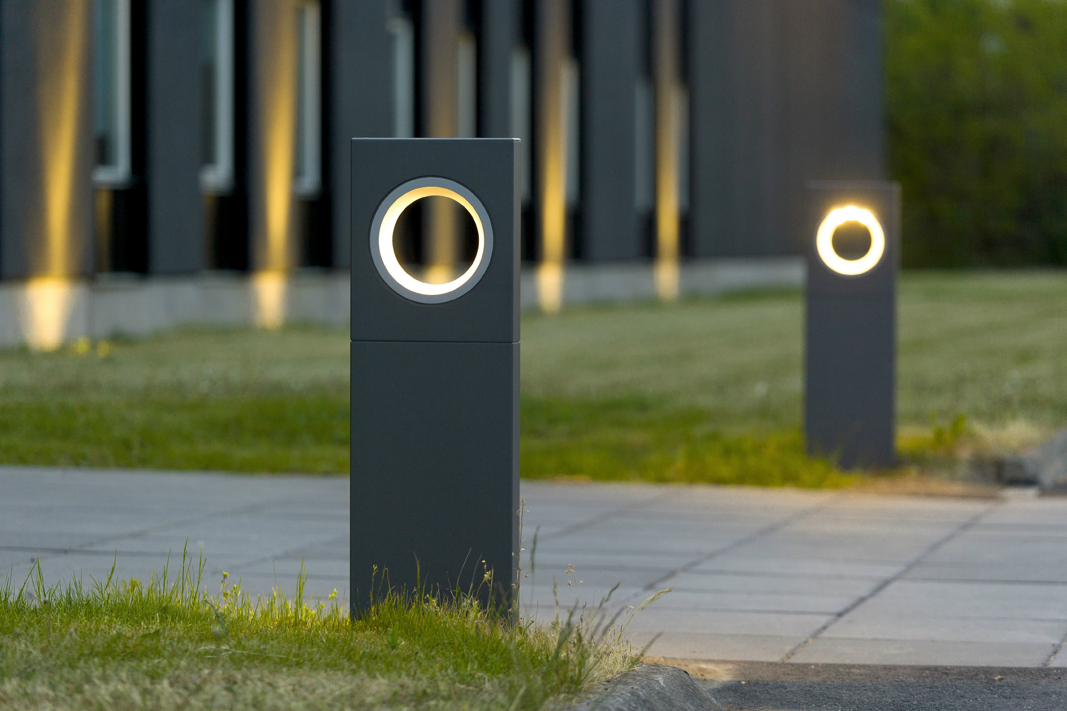 Moon bollard light by platek design olle lundberg for Jardin exterieur design