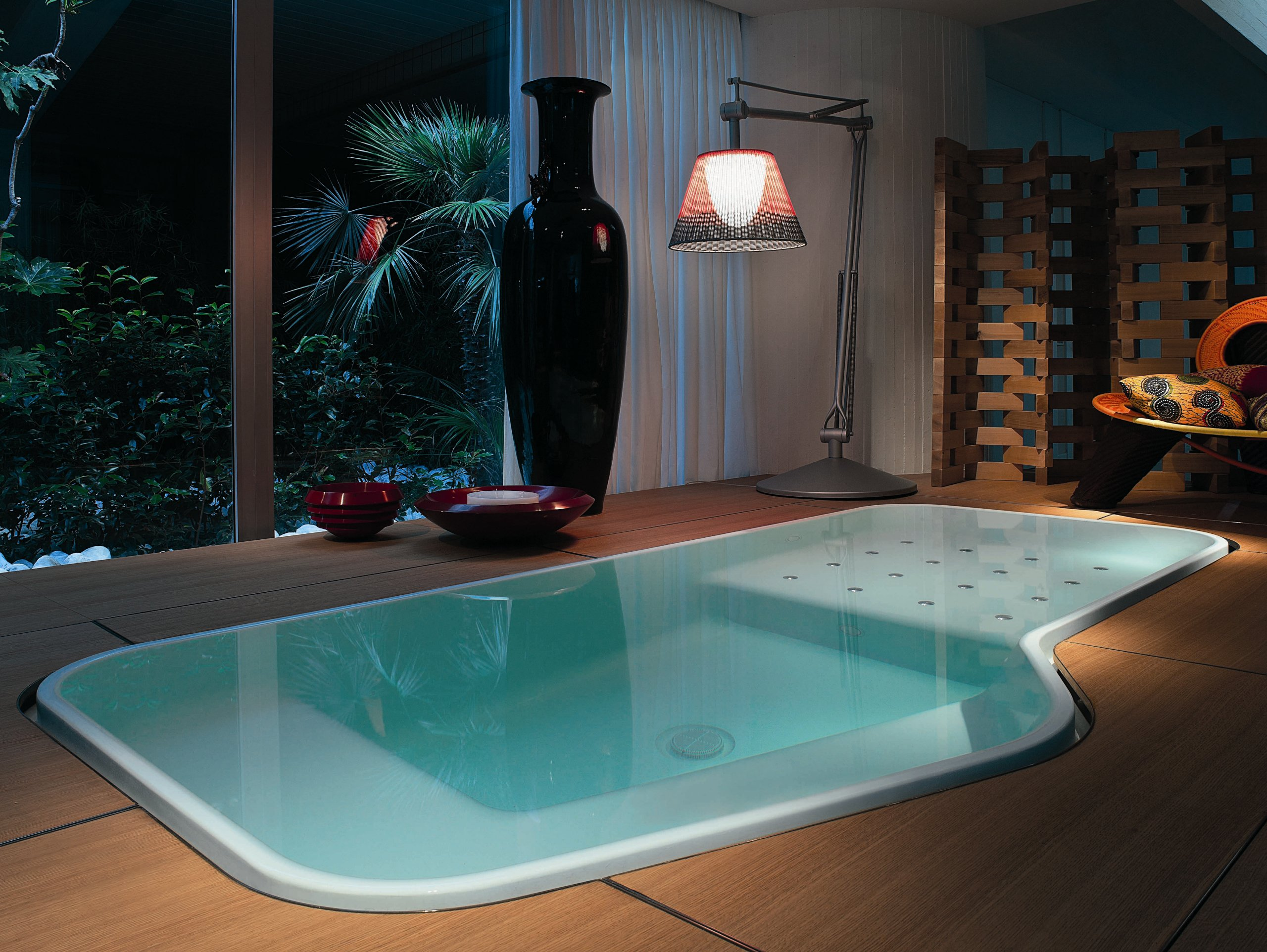 Overflow hot tub 4 seats pool faraway by kos by zucchetti for Designer hot tubs