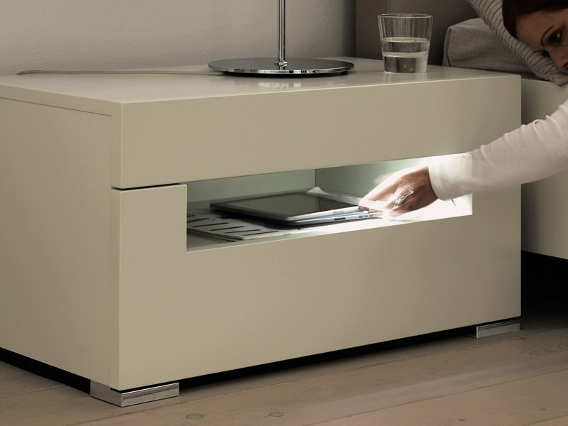 lackierter nachttisch mit integrierter beleuchtung. Black Bedroom Furniture Sets. Home Design Ideas