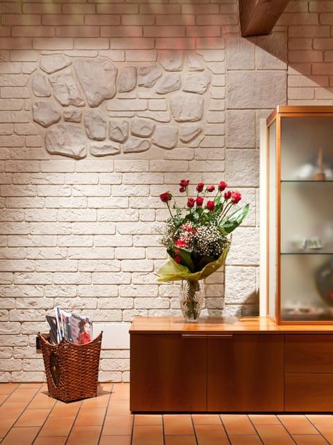 Rivestimento in cemento effetto pietra muro stampato by ideal work for Rivestimento parete interna