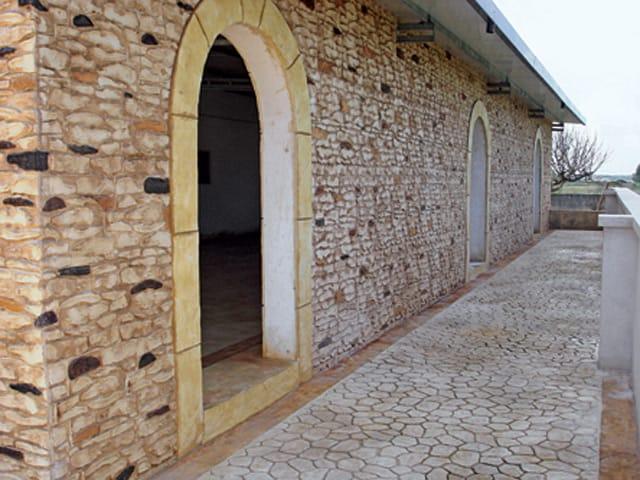Rivestimento in cemento effetto pietra muro stampato by for Rivestimento in mattoni per case