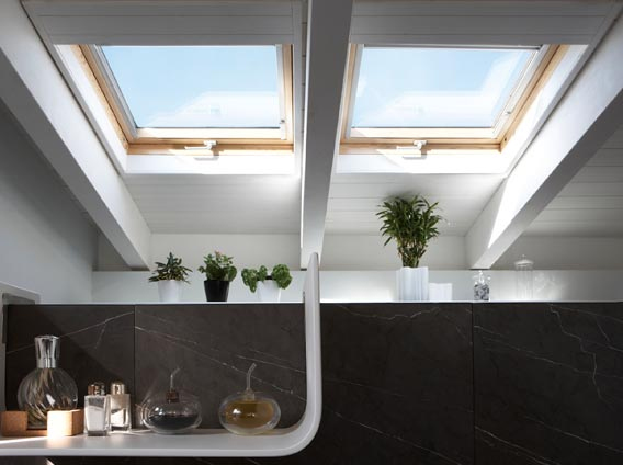 Manually operated pine roof window velux standard for Abbaini velux prezzi