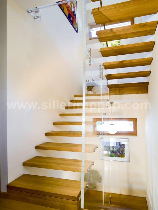 freitragende offene treppe aus holz und glas mistral. Black Bedroom Furniture Sets. Home Design Ideas