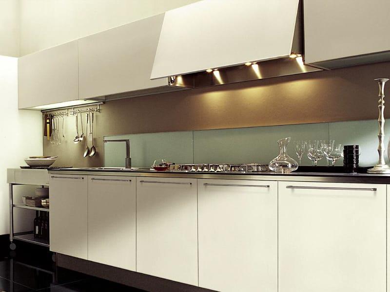Cocina integral de estilo moderno con isla vanity top by for Cocinas estilo moderno
