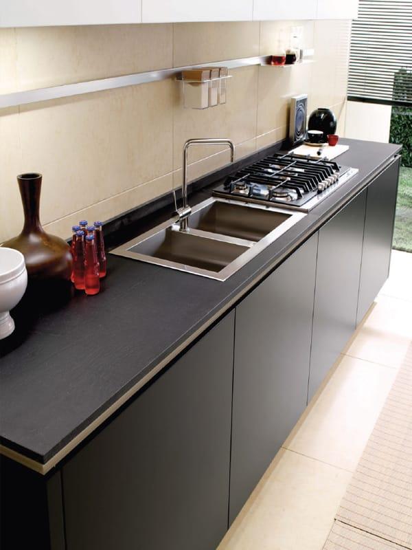 Cucina lineare con isola senza maniglie filovanity top by euromobil - Cucina senza maniglie ...