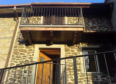 Casa moderna, roma italy: finti muri in pietra