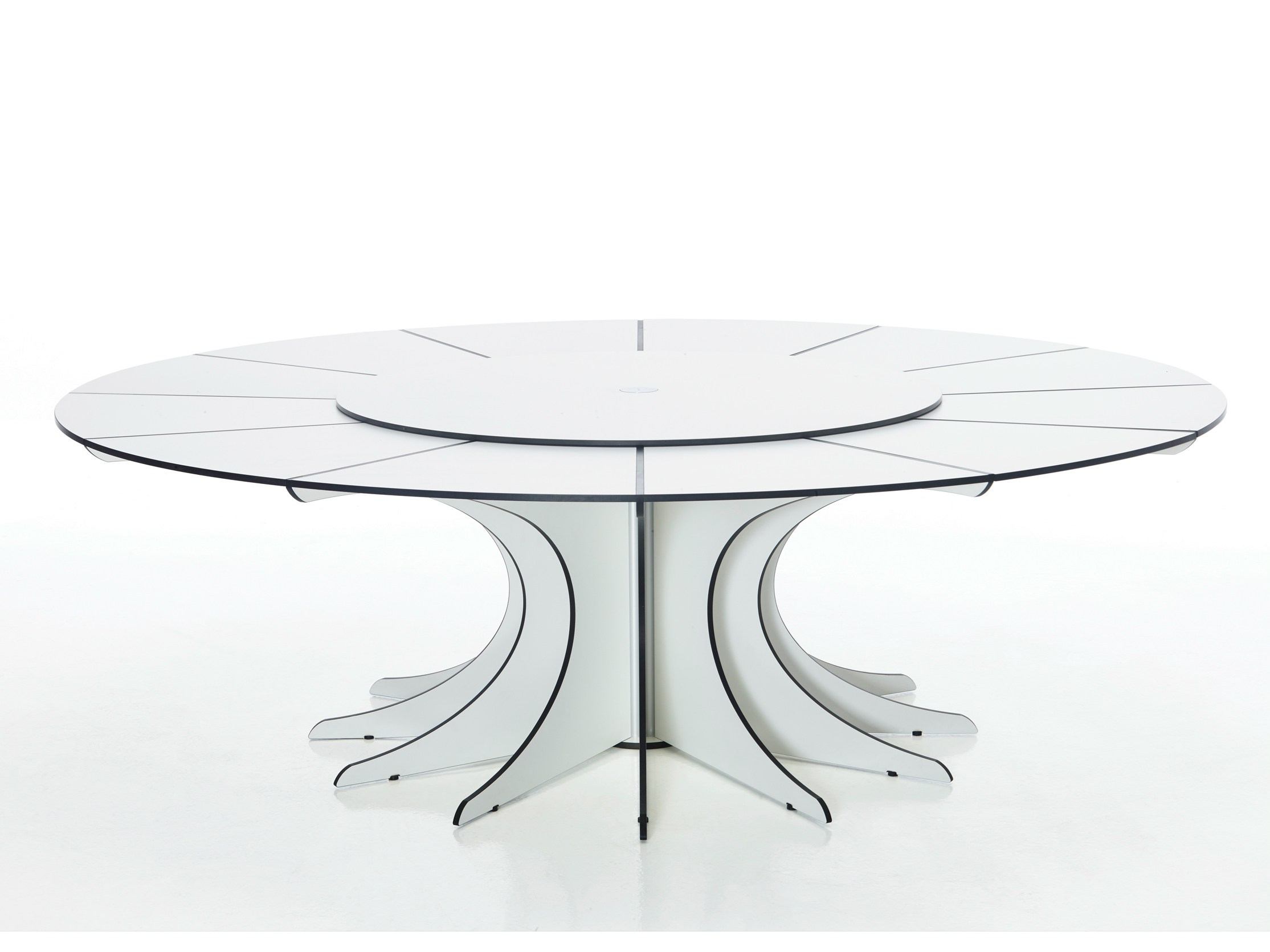 Table de jardin ronde arthur by extremis design dirk wynants for Table ronde design 8 personnes