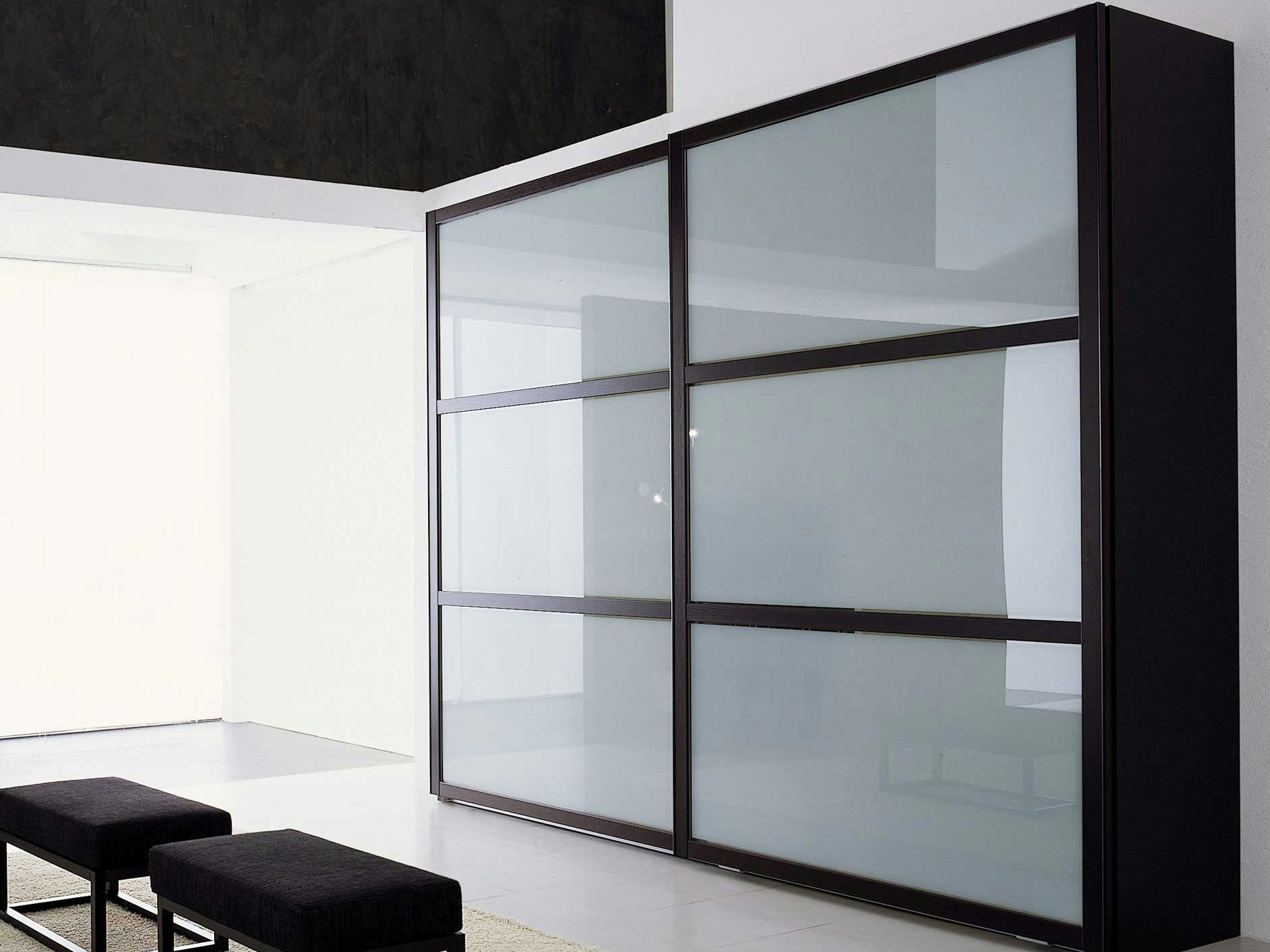 Armoire portes coulissantes glace ecrin total by roche for Armoire roche bobois
