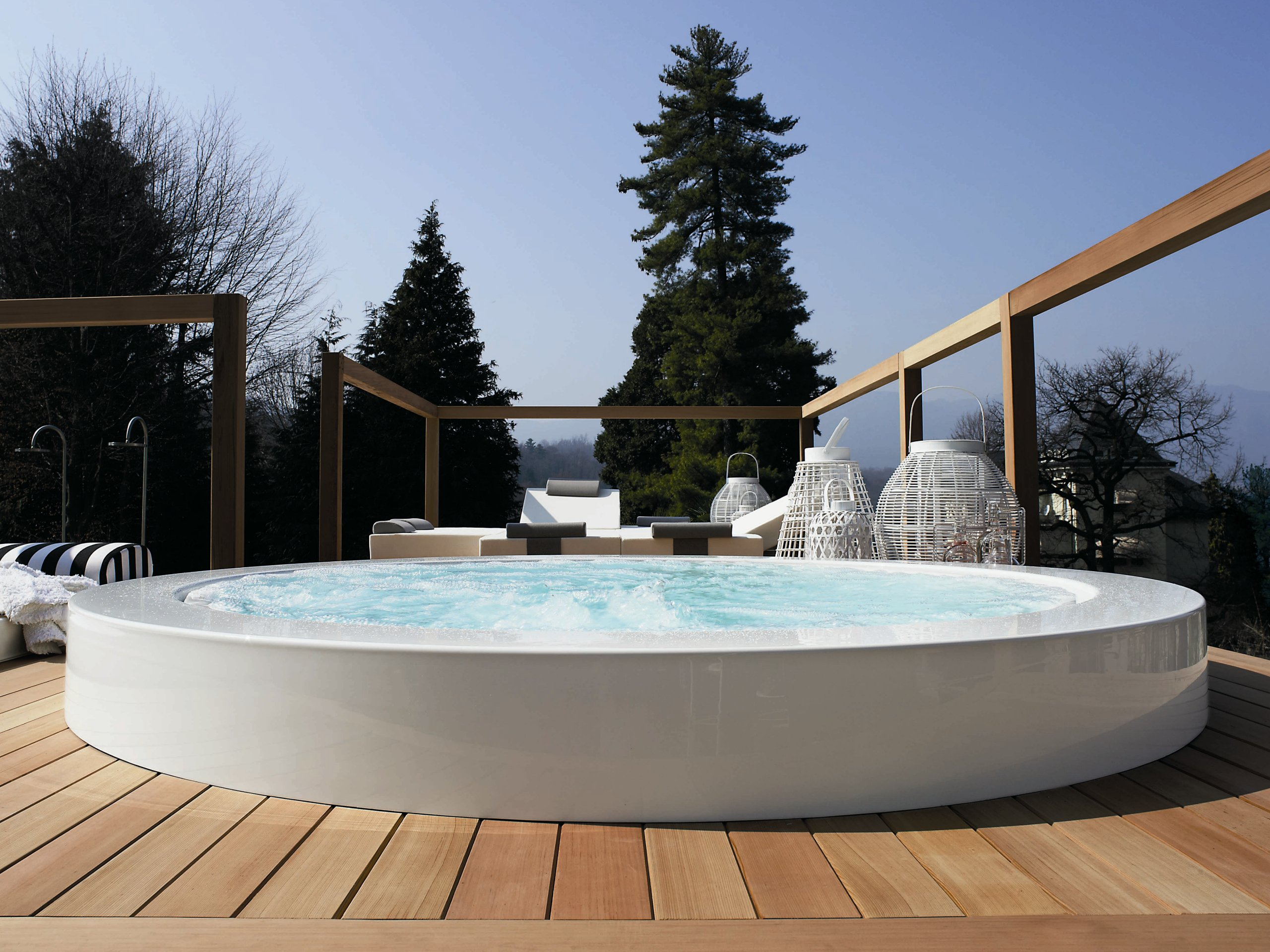 Overflow outdoor hot tub minipool built in hot tub by kos for Piscinas modernas
