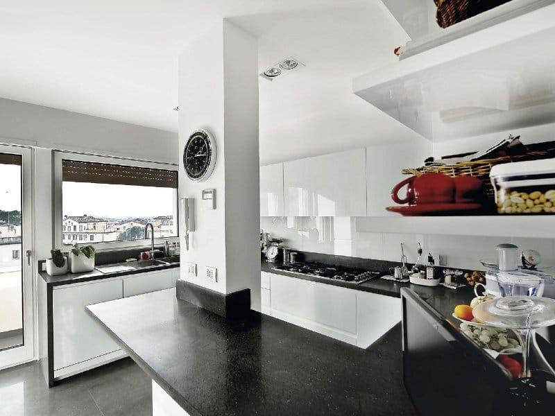 Cucina in vetro laccato con maniglie integrate vitra roma by tm italia cucine - Cucine con vetrate ...