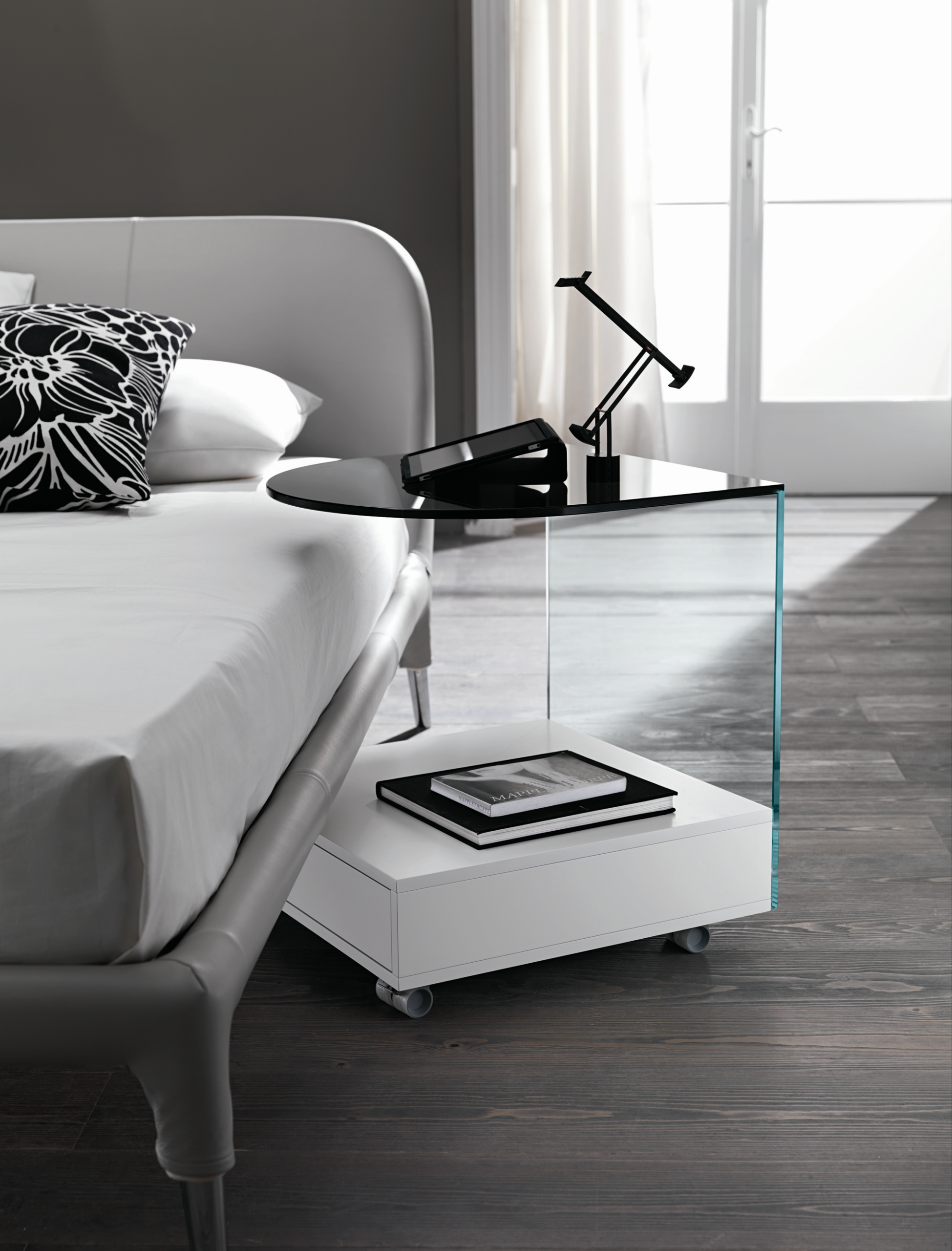 nachttisch aus glas mit rollen rollo by t d tonelli design design karim rashid. Black Bedroom Furniture Sets. Home Design Ideas