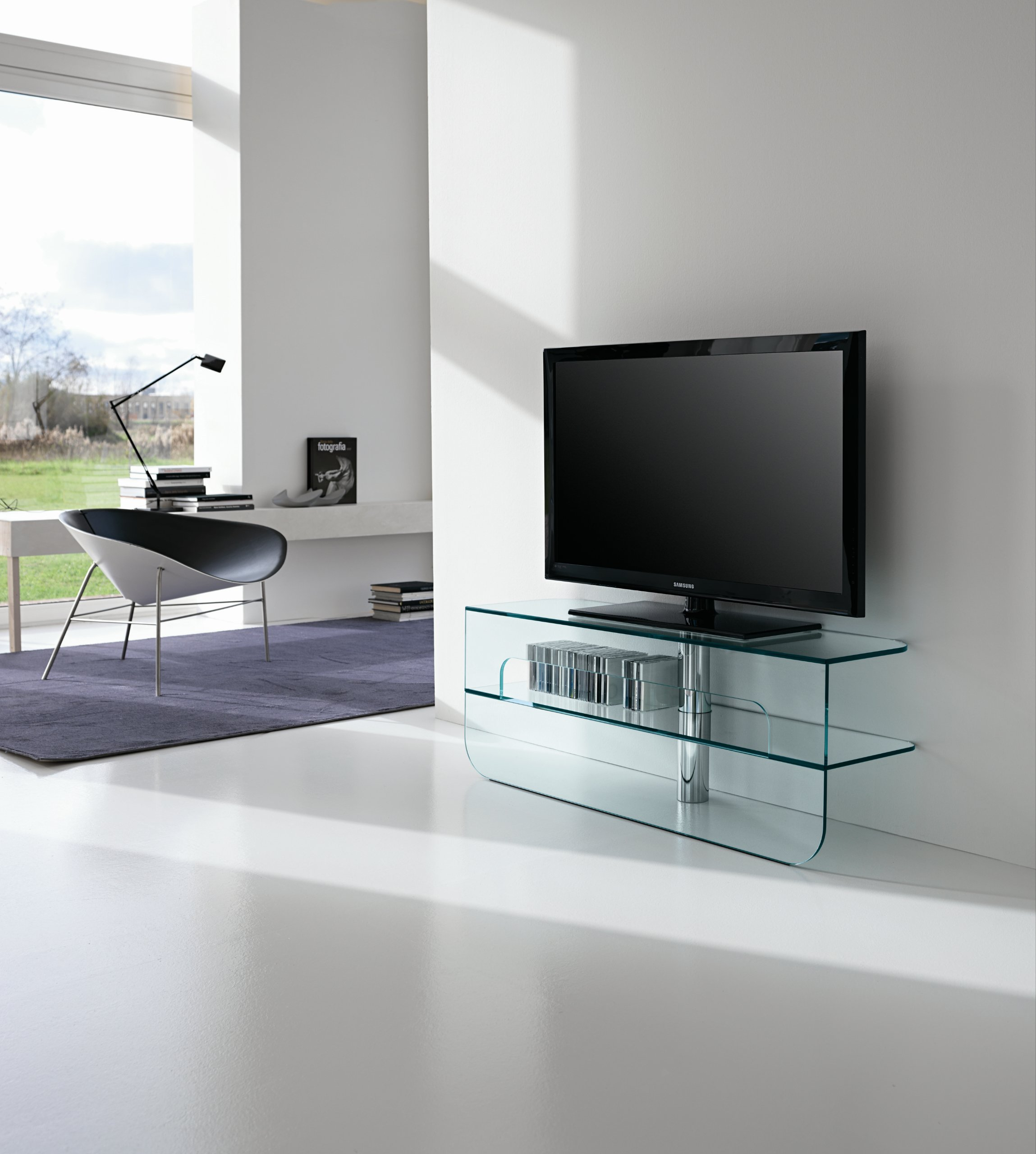 Meuble tv bas en verre plasmatik by t d tonelli design for Meuble tv en verre design
