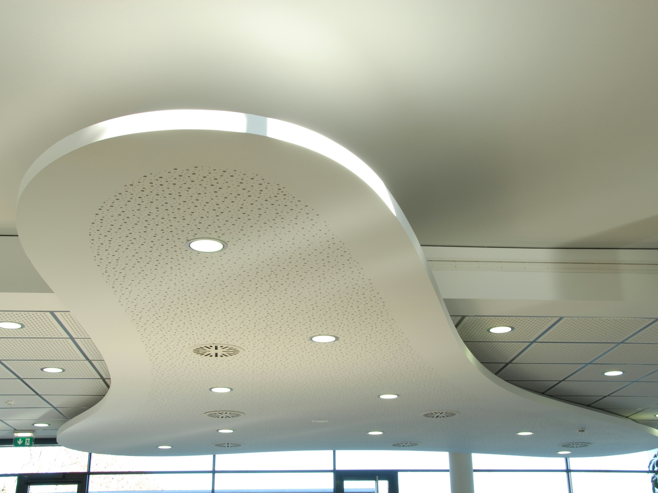 Faux plafond acoustique en placo lastra sf 6 18f by fibran for Plafond combles placo