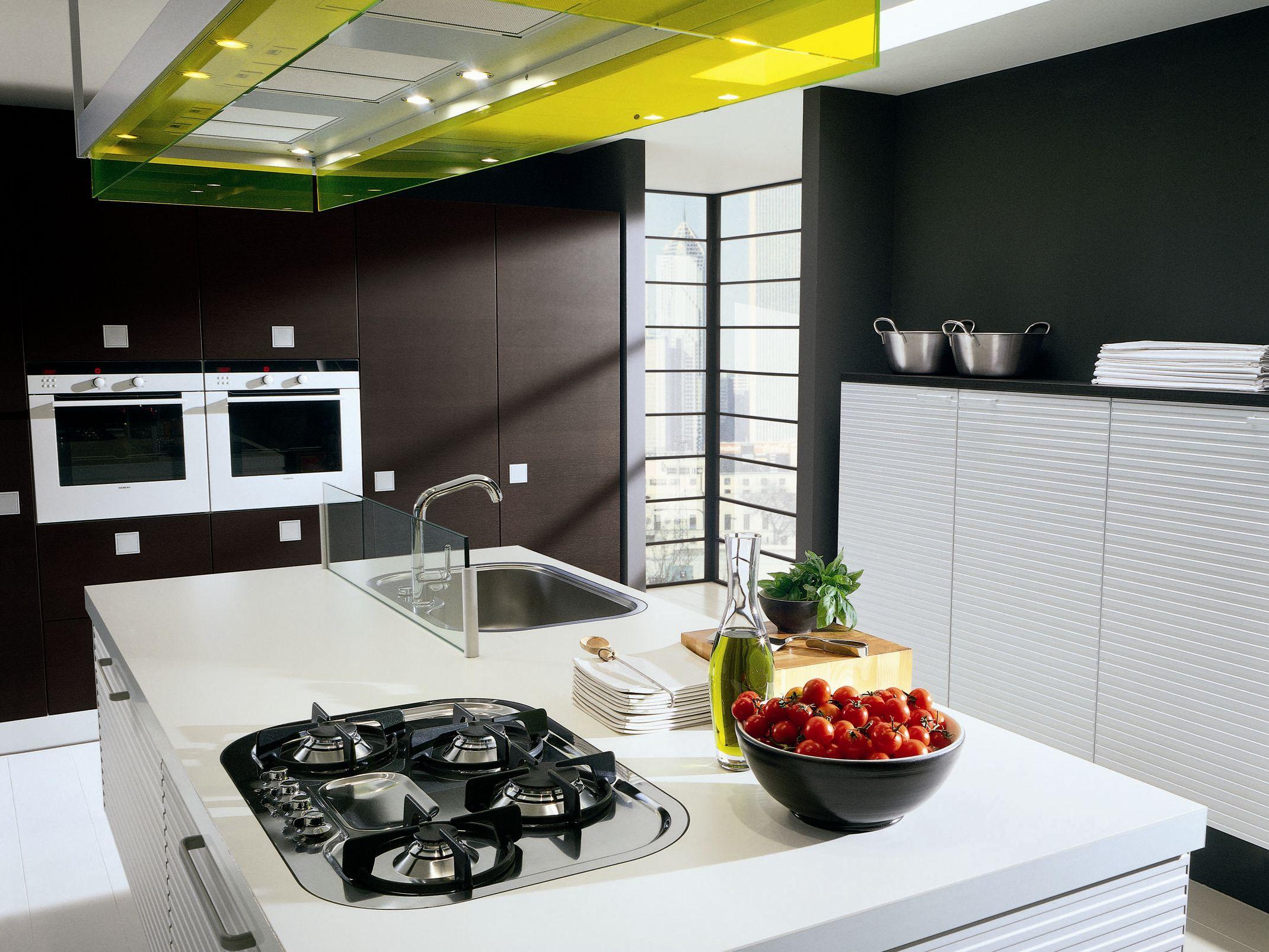 Cucina laccata con isola con maniglie SILVERBOX  Cucina in Corian ...