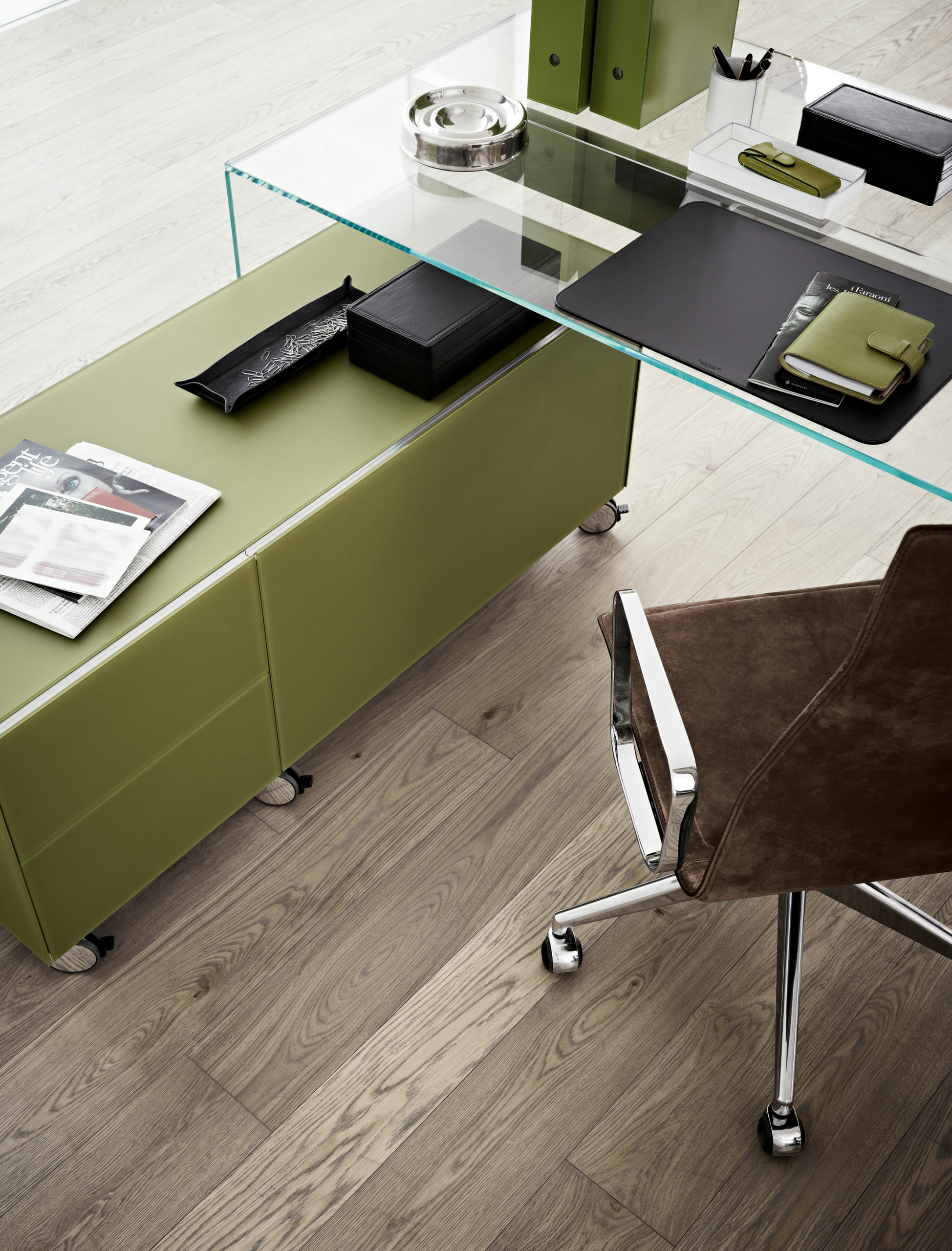 office drawer unit with casters air wheel by gallotti radice design pinuccio borgonovo. Black Bedroom Furniture Sets. Home Design Ideas