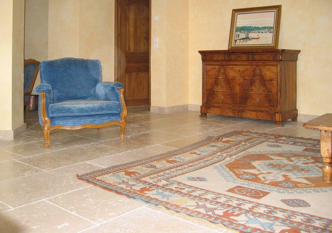 Pavimento in pietra calcarea per interni ed esterni myra for Pavimenti per salone
