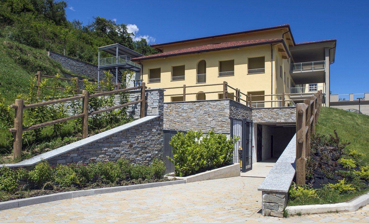 Rivestimento di facciata in pietra naturale luserna reale for Piani di casa facciata in pietra