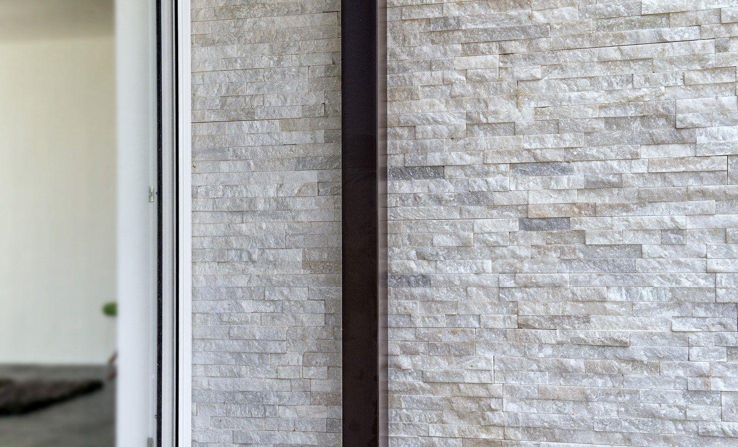 Scaglia bianca rivestimento in pietra naturale by b b - Rivestimento doccia in pietra ...