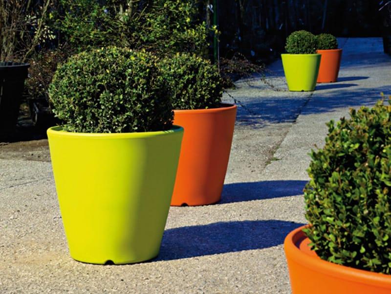 Vaso in plastica omnia v collezione outdoor by domitalia for Vasi da giardino in plastica